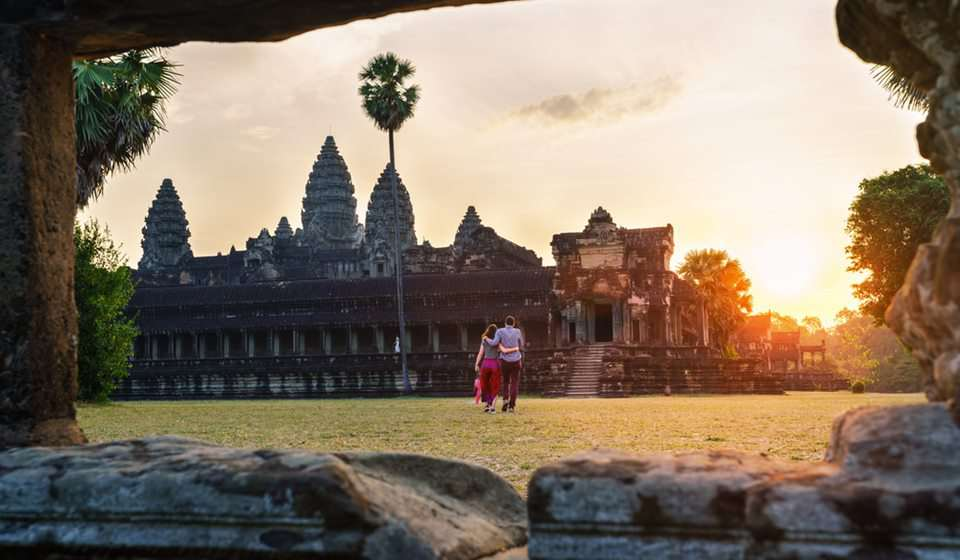 couple travel in angkor wat