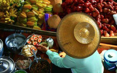 Excursión al mercado flotante Damnoen Saduak y al pueblo de artesanías con guía en español